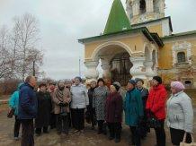 Участники краеведческого кружка у Храма Иоанна Предтеч