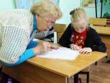 Серебряные-волонтеры-занятие по рукоделию с детьми СРЦ Радуга