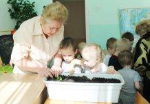Серебряные-волонтеры-пикировка рассады огурцов с детьми СРЦ Радуга