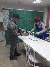 Выдача огурцов в рамках гуманитарной акции угличанам, нуждающимся в поддержке.